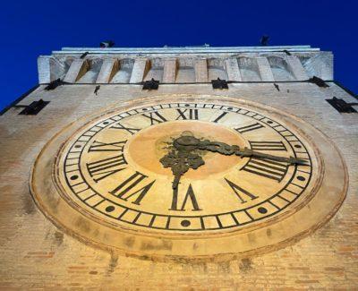 l'imponente orologio di Palazzo d'Accursio, in cima alla torre