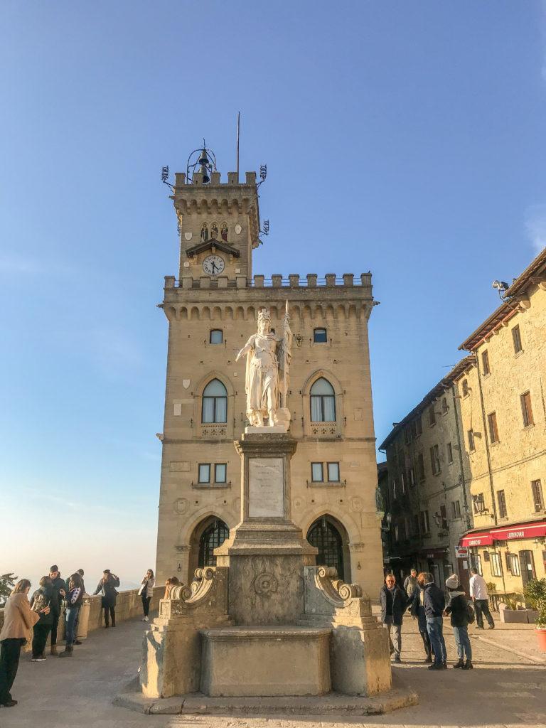Piazza della Libertà è il cuore pulsante dI San Marino