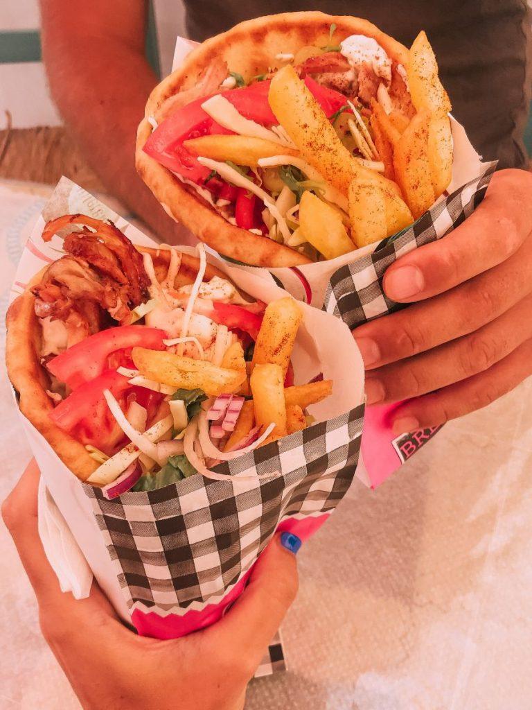 tra i piatti tipici più diffusi a Santorini c'è sicuramente la pita gyros, perfetta per essere consumata come uno street food