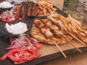 il souvlaki è uno dei piatti tipici di Santorini che si presta ad essere consumato presso le taverne oppure come cibo d'asporto