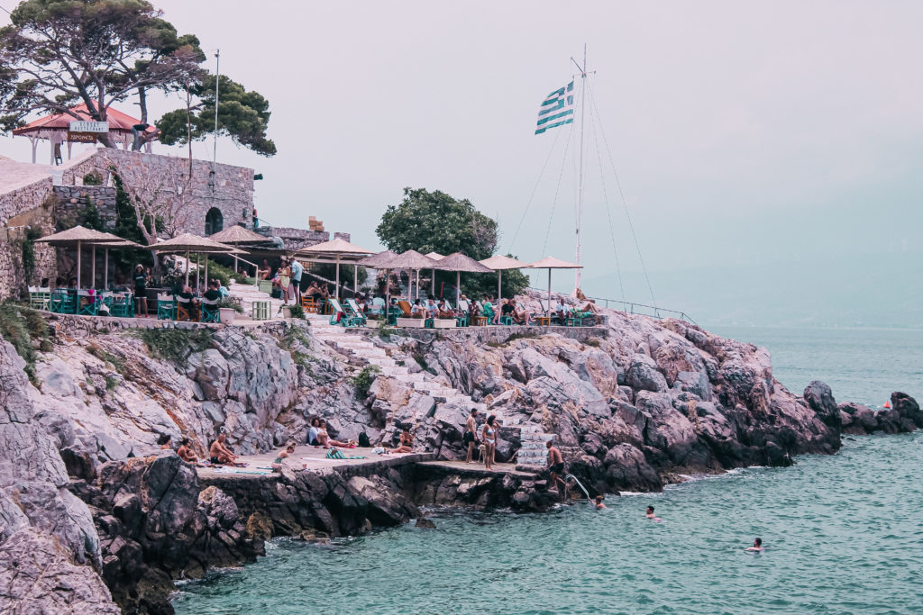 L'isola di Hydra ha una particolarità, si può percorrere solo a piedi o a dorso dei muli: su quest'isola non circolano mezzi a motore