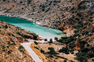 Uno dei tanti sentieri di Iraklia che tra le isole greche è la più adatta per chi ama camminare