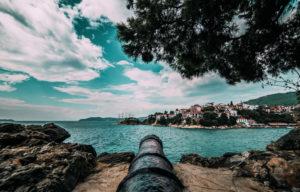 L'isola di Skiathos è un vero gioiellino, oltre a delle splendide spiagge ha anche molto da offrire dal punto di vista storico e culturale