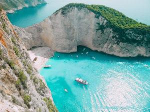 La celeberrima spiaggia con il relitto di Zante, una delle più fotografate tra le isole greche