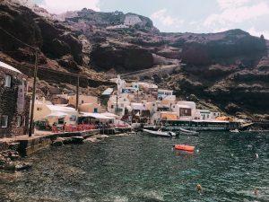 La caratteristica Amoudi bay, piccola bai nei pressi della cittadina di Oia
