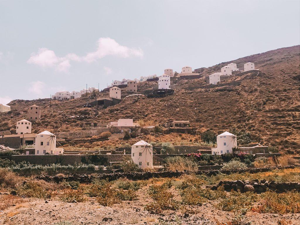 Lo scenario tipico dell'isola vulcanica di Santorini caratterizzato dai mulini a vento