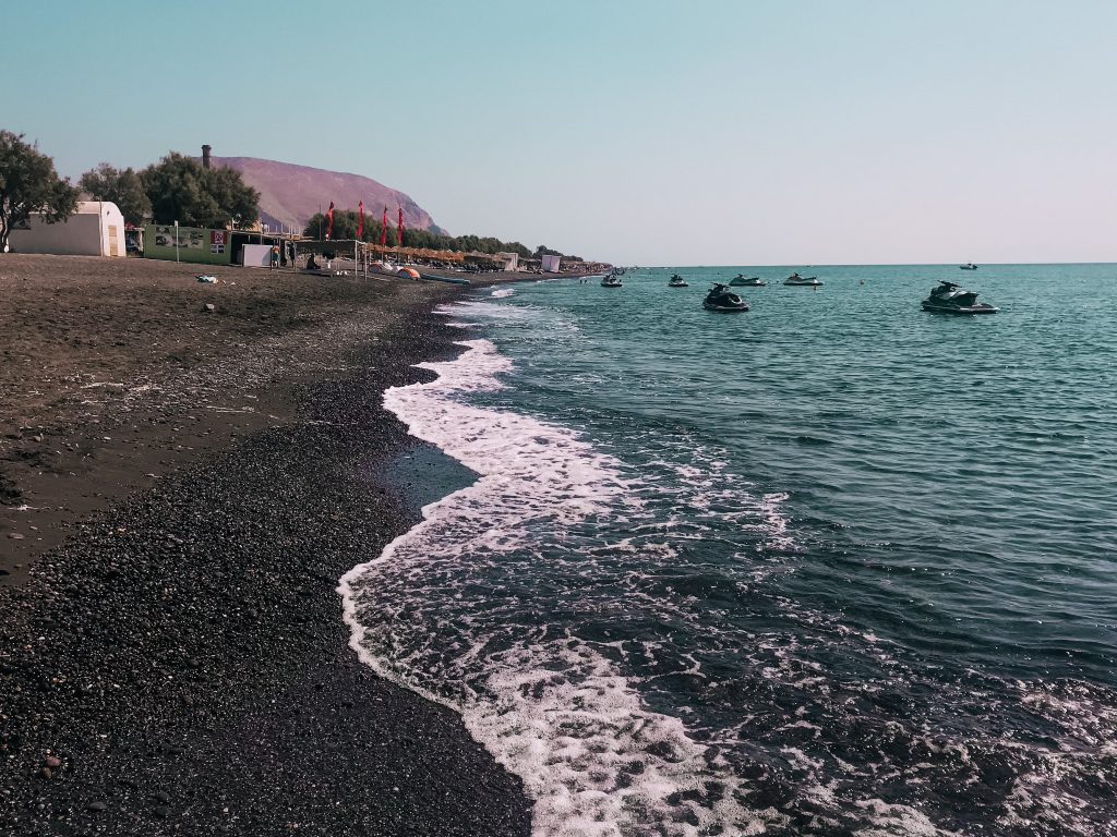 Perissa si trova a sud della roccia Mesa Vouno ed è perfetta per chi cerca una spiaggia dotata di tutti i comfort