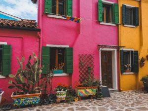 tra le piccole isole più belle da visitare in estate c'è sicuramente Burano