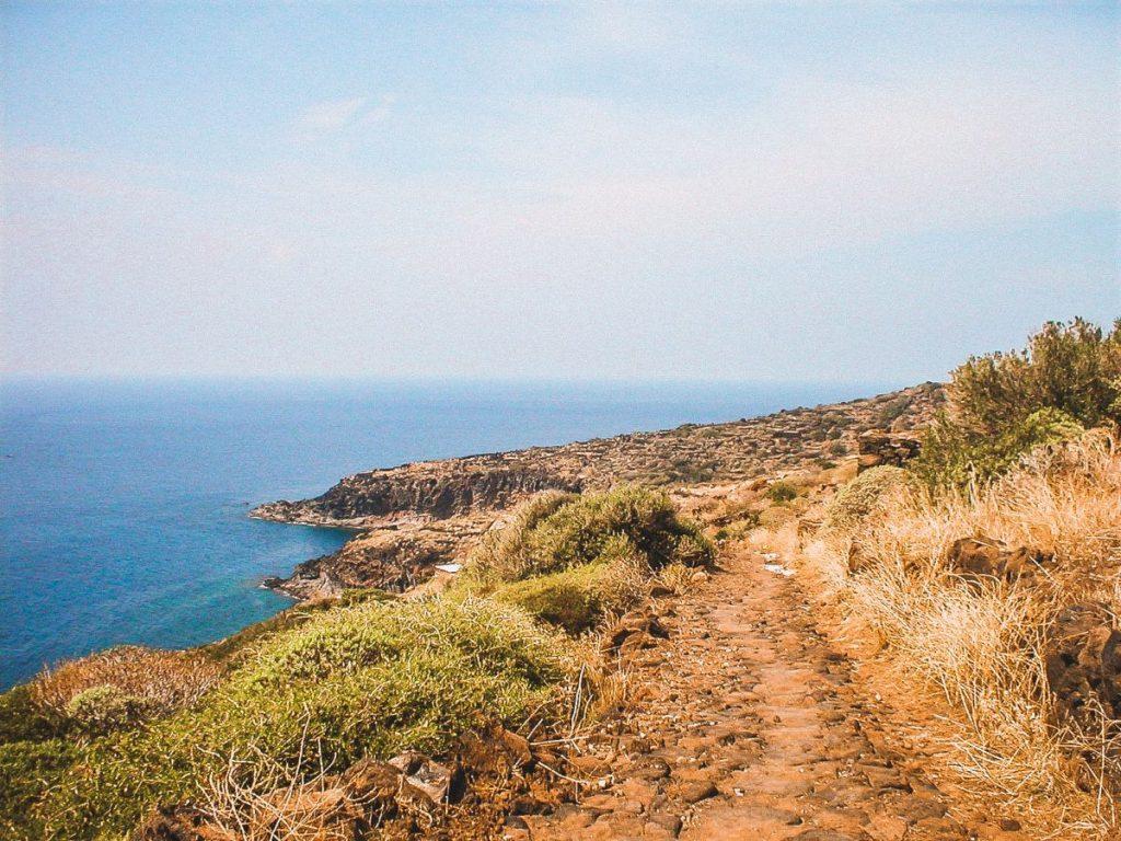 un'isola brulla e selvaggia quella di Pantelleria, tra le piccole isole più belle