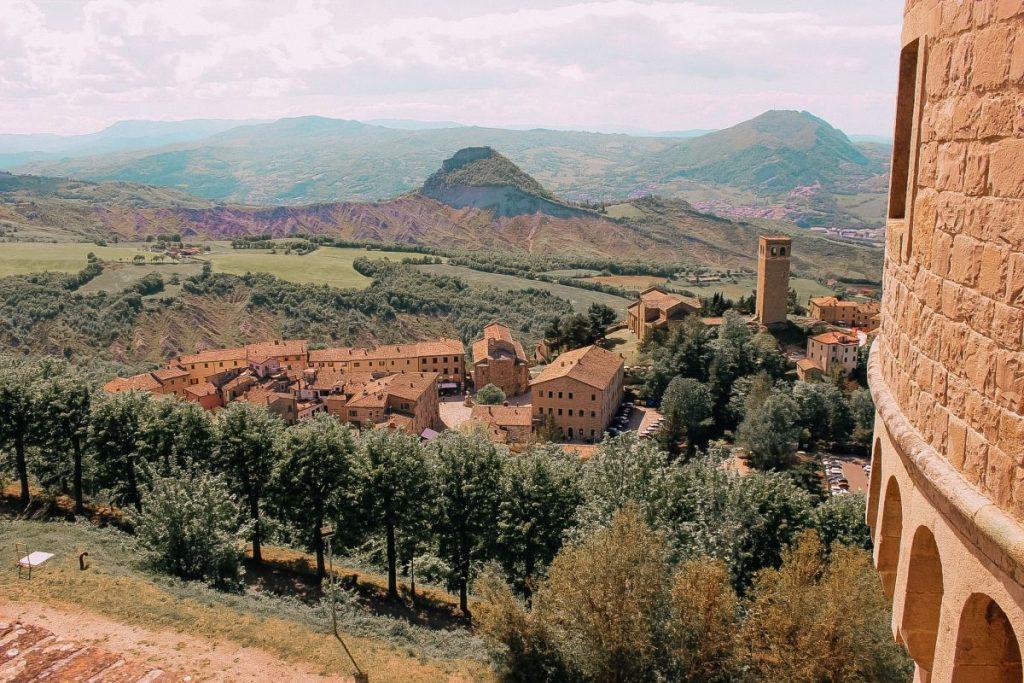 il borgo di San Leo si trova ai piedi dell'imponente fortezza dove fu rinchiuso il conte Balsamo di Cagliostro