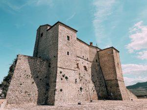 il forte di San Leo è un imponente castello che è stato per secoli anche un carcere