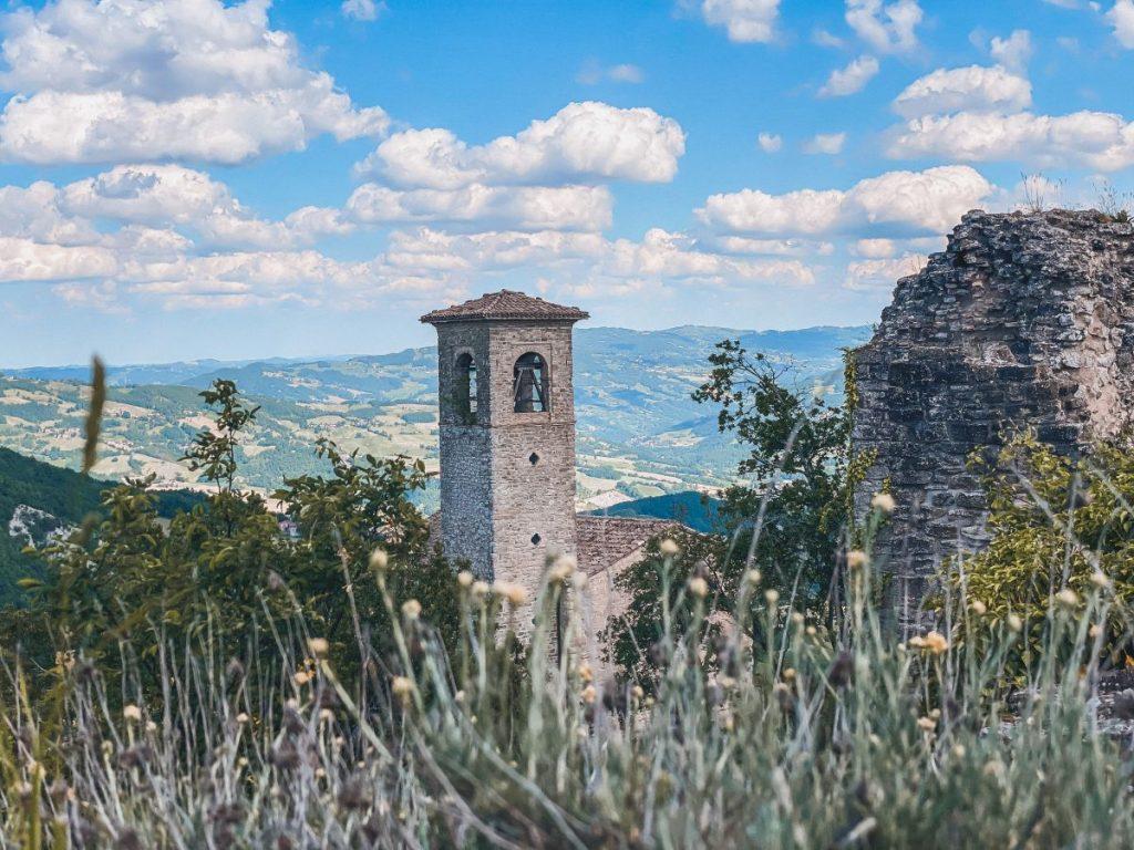 La suggestiva chiesa di Sant'Andrea si trova nei pressi del Castello di Carpineti