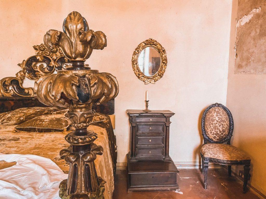 La dama verde è il fantasma che è stato avvistato in questo specchio ovale, in una delle sale del castello di Bianello