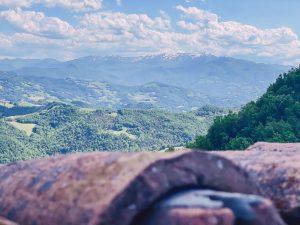 la vista sul monte Cimone è uno degli aspetti più sorprendenti della visita ai castelli matildici di Bianello e Carpineti