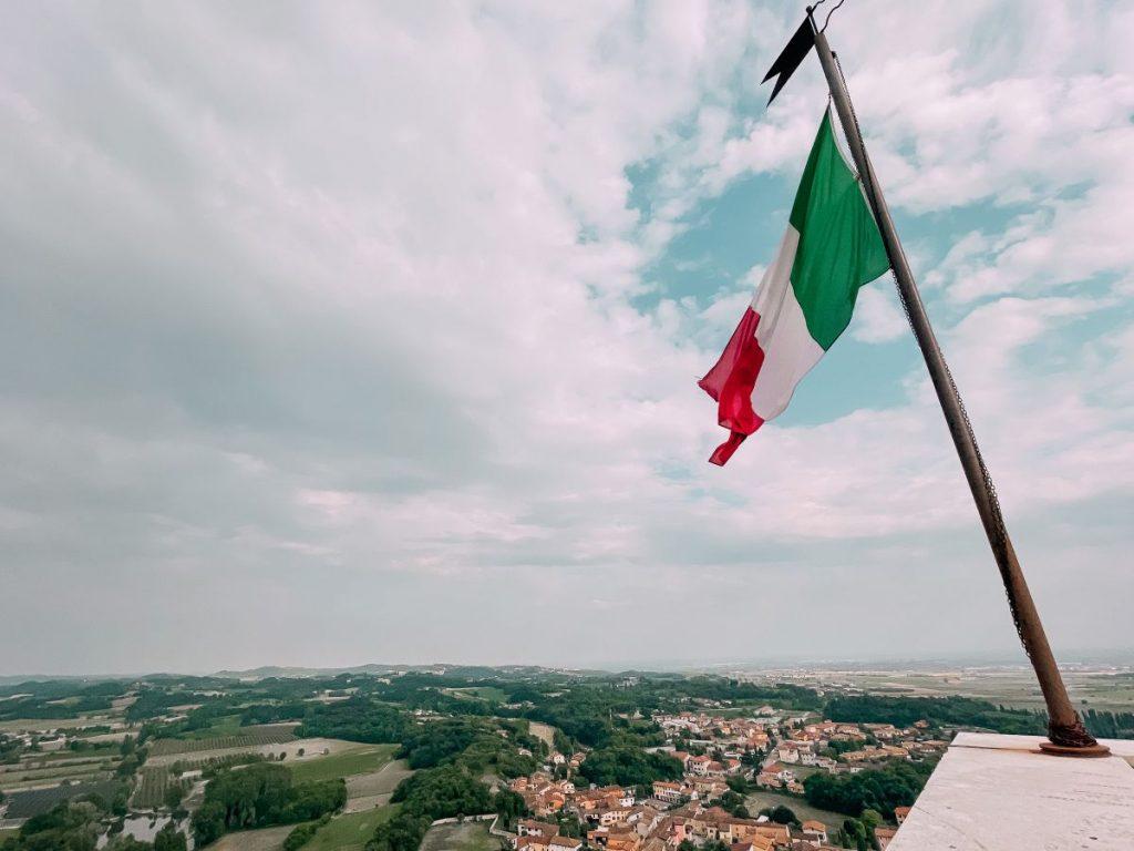 Il tricolore svetta sulla cima della Rocca di Solferino