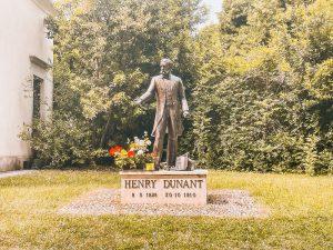a statua di Henry Dunant nei pressi di Solferino dove si svolse la battaglia che lo ispirò per la creazione della Croce Rossa