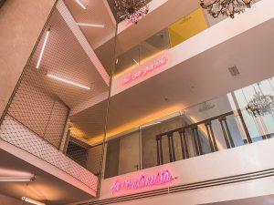 i tre piani del JHD Dunant Hotel sono tra loro collegati da questa iconica scritta al neon
