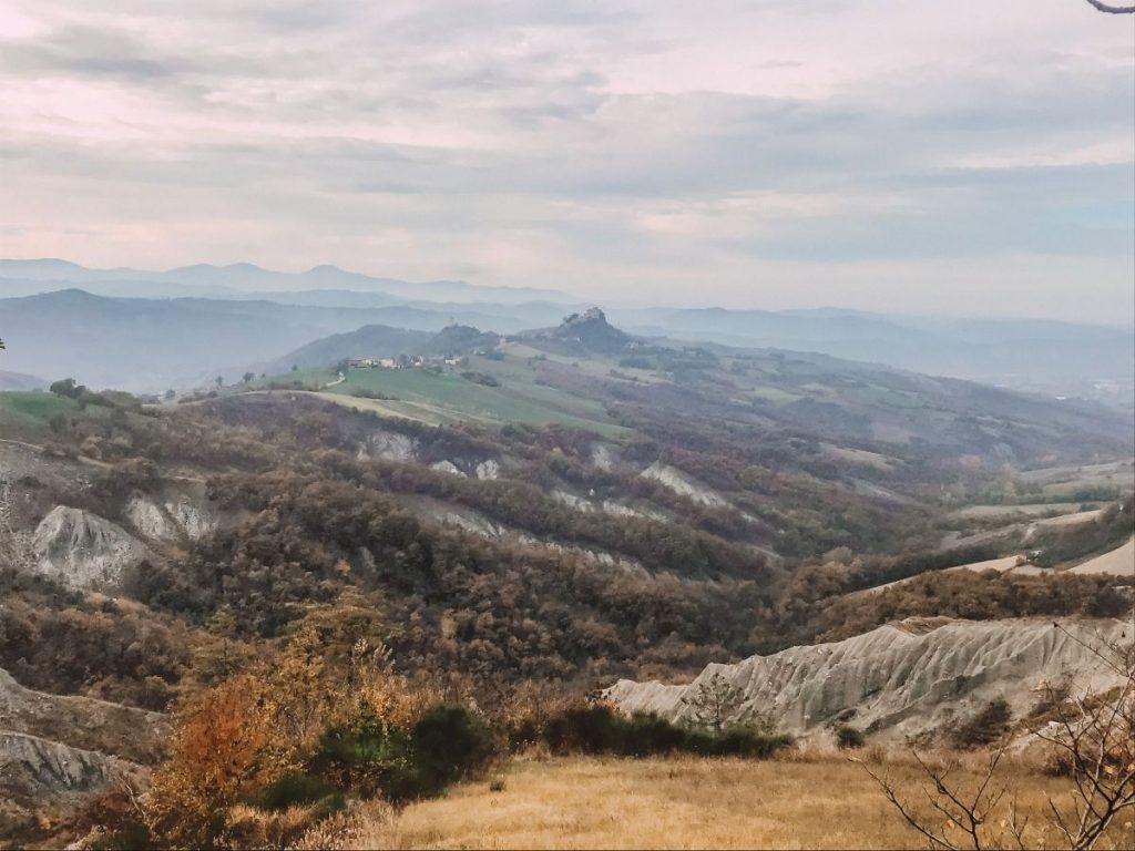 lo splendido paesaggio dei calanchi è un elemento unico delle terre di Matilde di Canossa nei pressi del Castello di Rossena