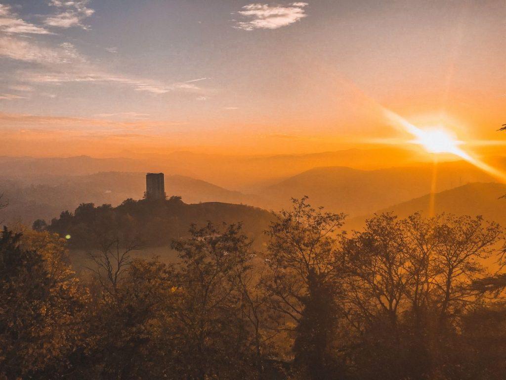 la splendida vista della torre di Rossennella a l tramonto, proprio di fronte al Castello di Rossena