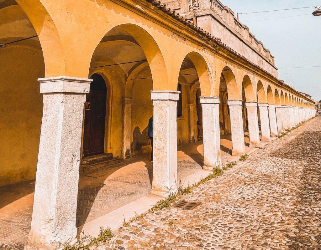 Il loggiato dei cappuccini è sicuramente tra le cose da vedere a Comacchio, collega la città alla Chiesa di S. Maria in Aula Regia