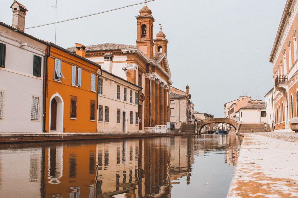 Passeggiare tra le vie di Comacchio vuol dire ammirare una delle cose più belle da vedere in città: le facciate colorate delle case