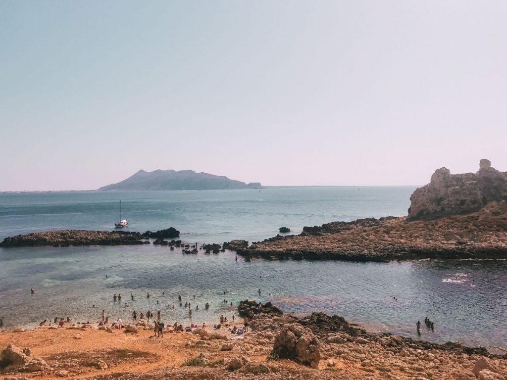 Cala Faraglione è davvero una splendida baia dalla quale è persino possibile vedere l'isola di Favignana