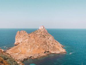 il castello di Punta Troia è ben visibile una volta superato lo scoglio del cammello