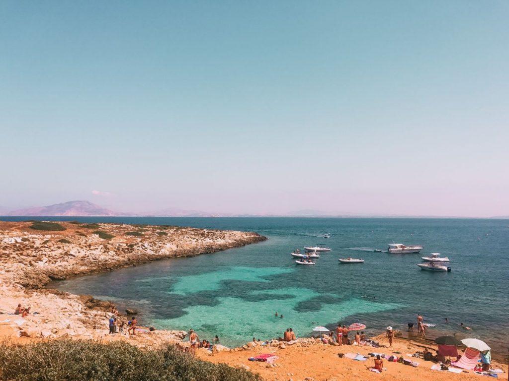 la splendida Cala Minnola, con i suoi caratteristici colori, è una delle spiagge più belle di Levanzo da inserire nelle escursioni in barca da Favignana