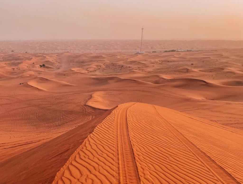 Quando si è pronti per il dune bashing il pilota riduce la pressione delle gomme per migliorare l'aderenza alla superficie sabbiosa