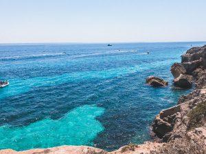 visitare Favignana vuol dire perdersi nelle mille sfumature di blu del suo mare