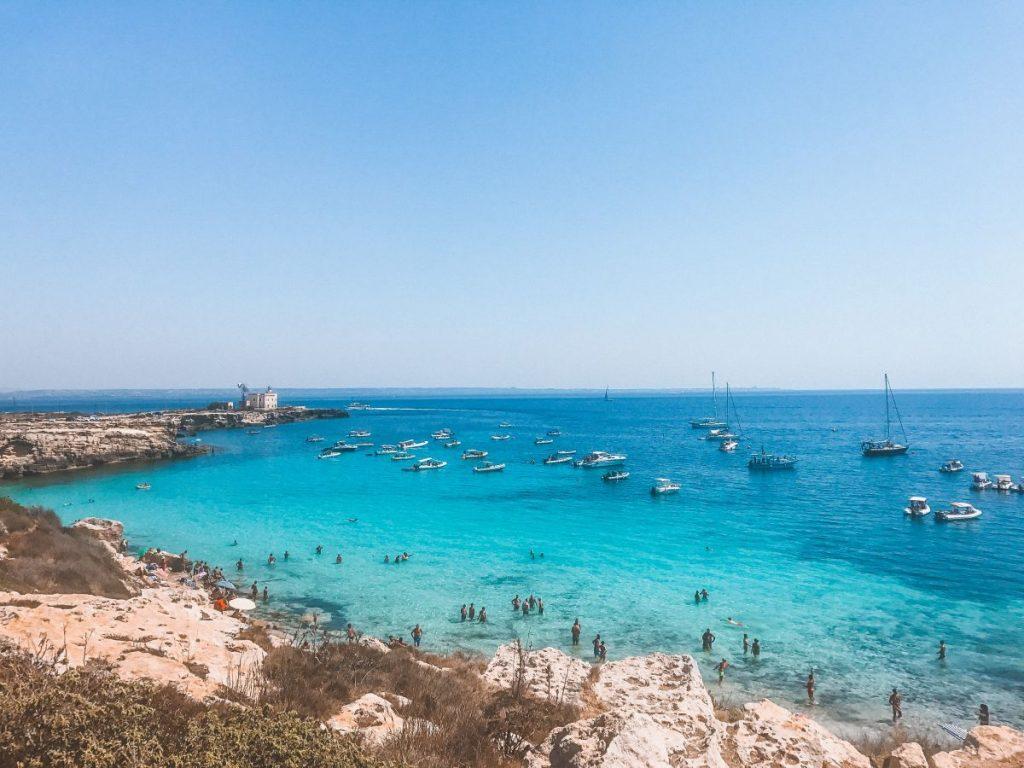 se si decide di visitare Favignana non si può non fermarsi alla splendida Cala Azzurra