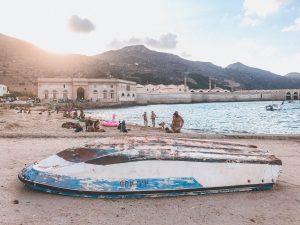 Non si può visitare Favignana senza recarsi presso la tonnara, ex Stabilimento Florio, che si trova nei pressi della Praia