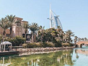 il Burj al Arab visto dal quartiere Jumeirah di Dubai