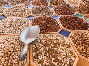 tra i quartieri di Dubai, Deira è popolato da coloratissime e profumate bancarelle di spezie e frutta secca