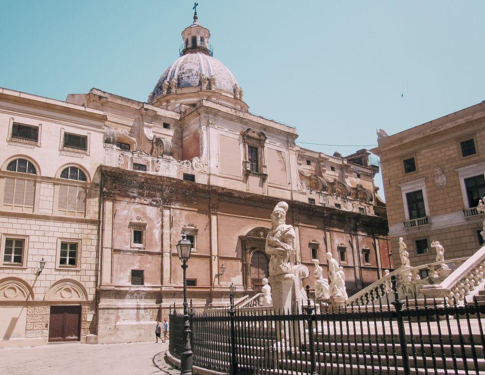 un caratteristico scorcio di Piazza Pretoria a Palermo