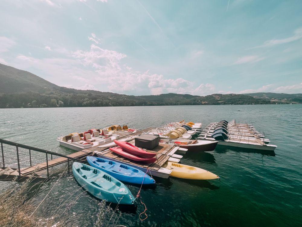 in un'area del lago di Suviana è possibile noleggiare una canoa o il pedalò, ma purtroppo bisogna lasciare una cauzione di 50 euro tassativamente in contanti