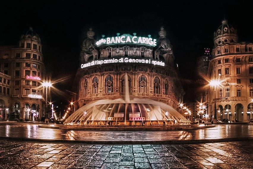 una splendida foto in notturna di Piazza De Ferrari a Genova