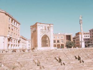 una dettaglio della suggestiva piazza Sant'Oronzo a Lecce