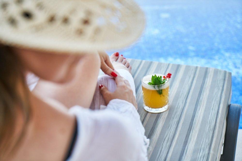 rilassarsi a bordo piscina al parco acquatico di La Mer a Dubai