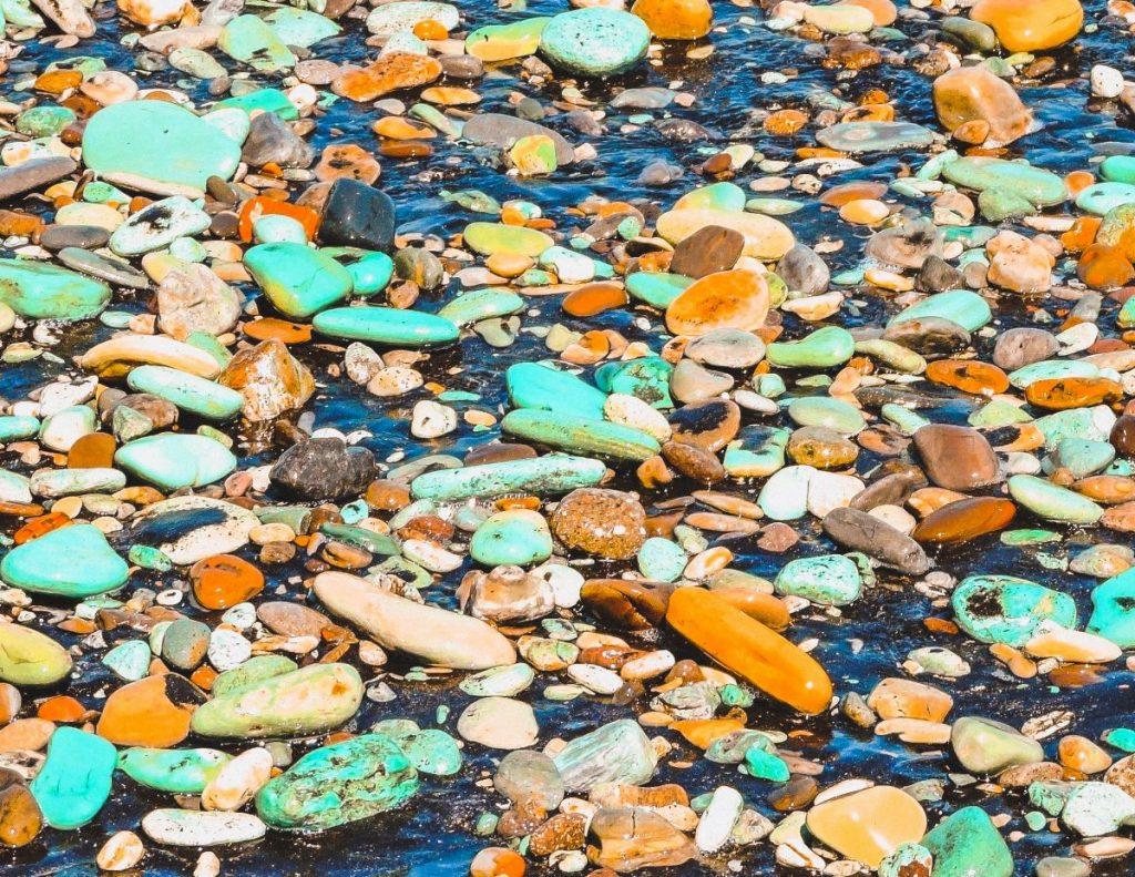 Le splendide rocce colorate di Blue stone beach in Indonesia