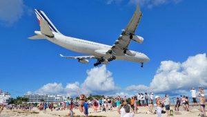 Maho Beach è una delle spiagge più strane del mondo, gli aerei atterrano sulla sabbia