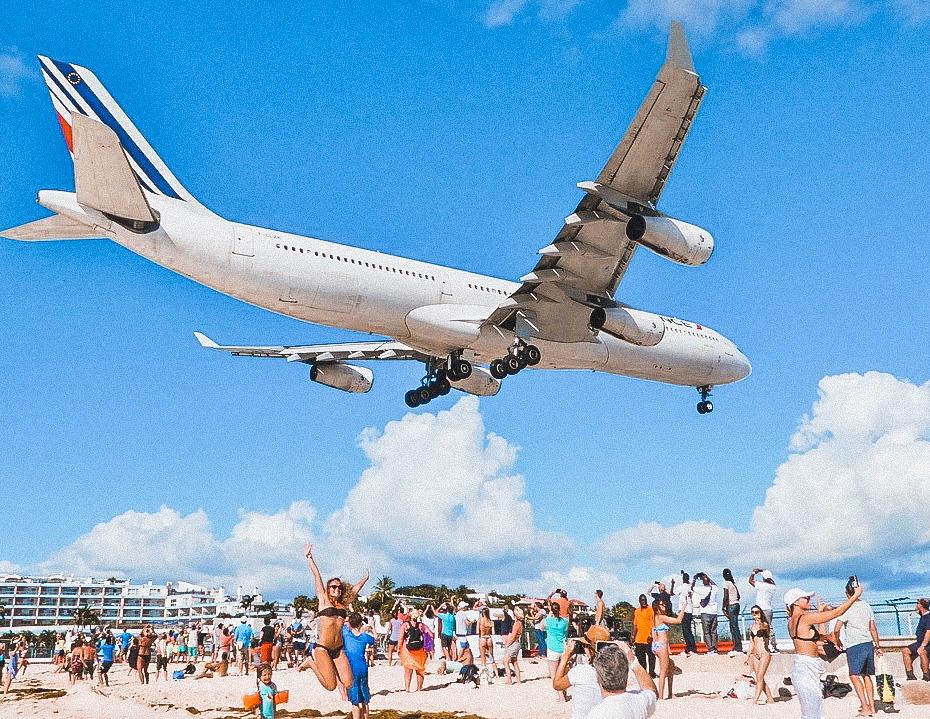 Una delle spiagge più strane del mondo è Maho Beach, dove atterrano gli aerei