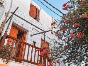 i vicoli di Mykonos Town sono pieni di colori e di profumi
