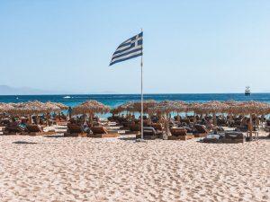 la popolata spiaggia di Elia a Mykonos