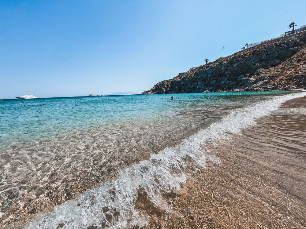 la splendida spiaggia di Agios Ioannis a Mykonos