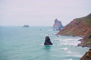 le spiagge rocciose di Tenerife sono caratterizzate dalla presenza di sabbi nera