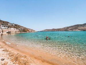 la spiaggia di Ftelia è selvaggia e splendida, dai colori intensi