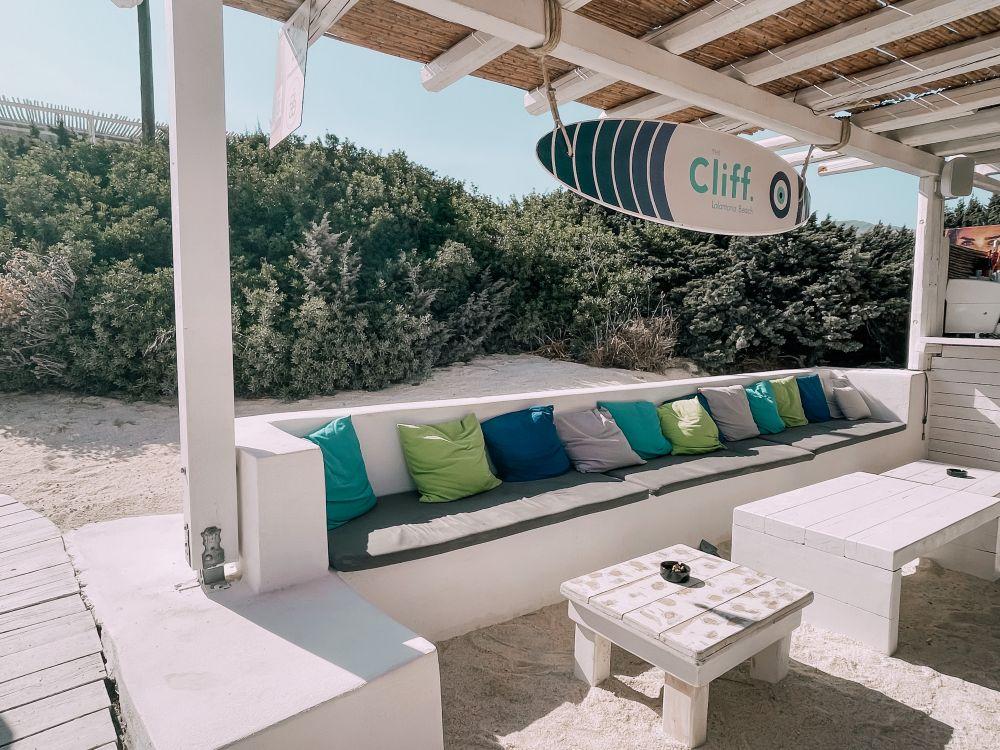 il beach bar di Lolantonis, The Cliff, in perfetto stile greco