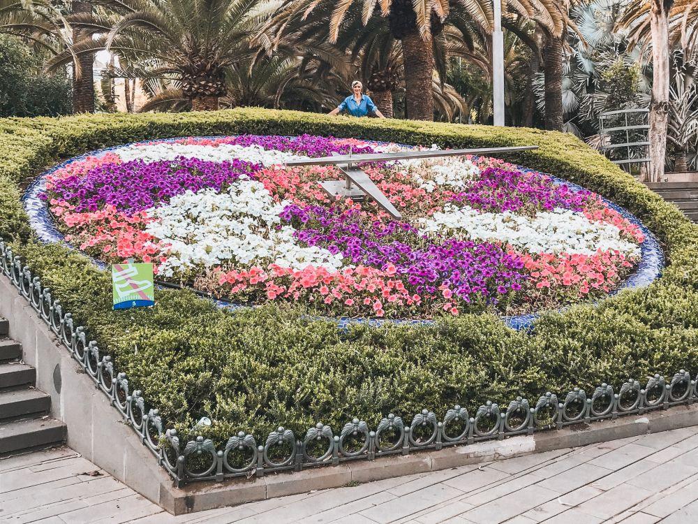 l'orologio fatto di fiori all'ingresso del Parco García Sanabria