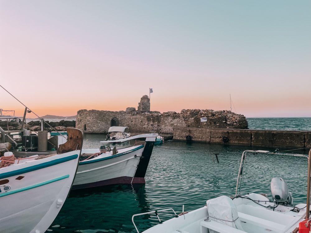 il Castello Veneziano, nei pressi del porto di Naoussa sulll'isola di Paros in Grecia